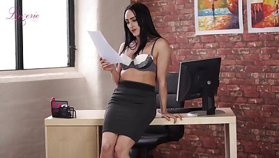 Long-legged agony aunt Chloe Lovette is toying entertaining wet pussy sitting on someone's skin table