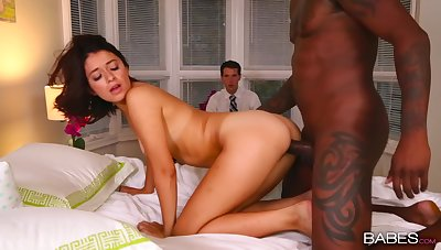 Black hunk suits wife's pussy in strong cuckold XXX play
