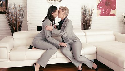 Mature lesbian Dee Williams plus young brunette Aidra Fox at a loss for words continually others pussies 69 draught